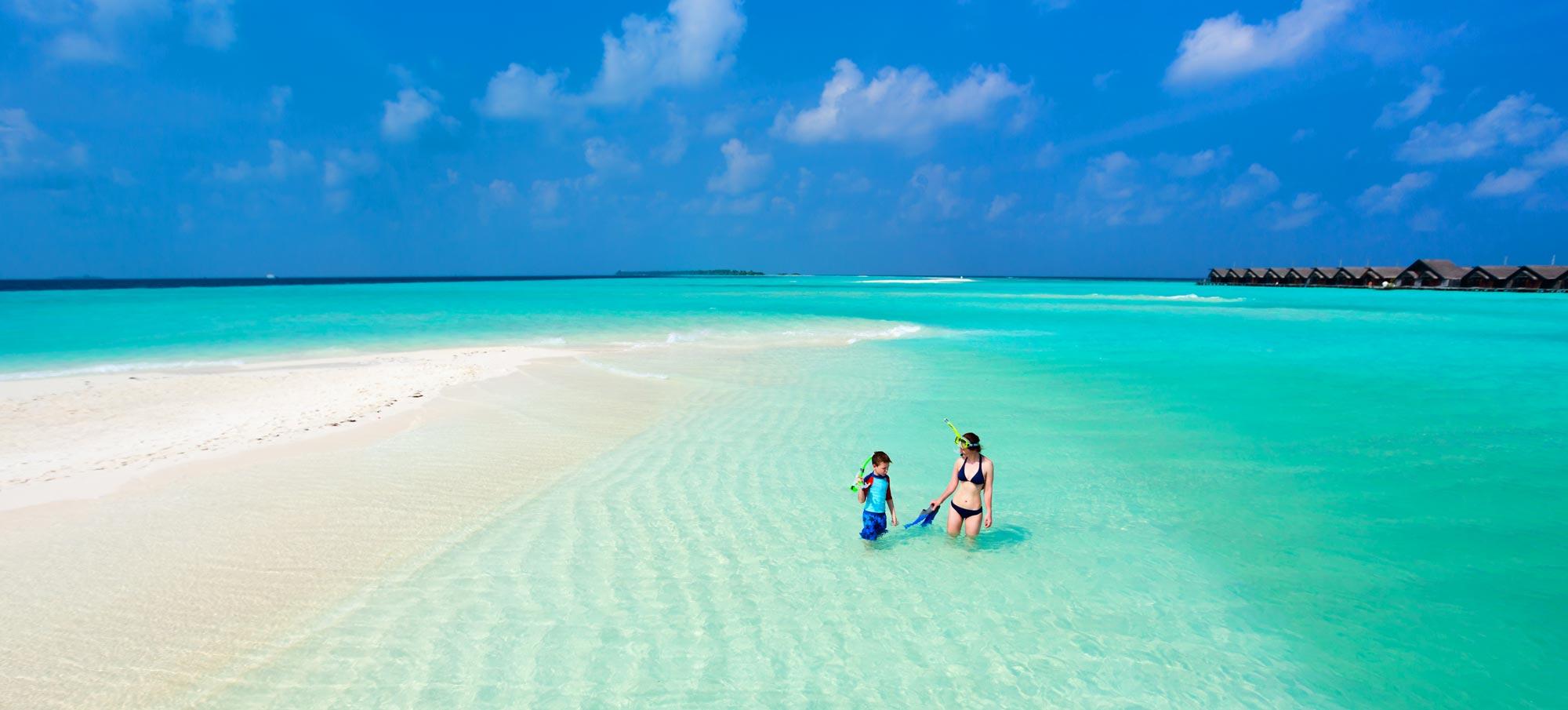 Océanie femme enfant dans l'eau et ciel bleu voyages privés-sur mesure